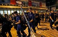 В Гонконге полиция разбирает баррикады в правительственном квартале