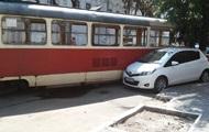 В Киеве сошедший с рельсов трамвай протаранил авто