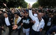 В Тунисе из-за протестов введен комендантский час