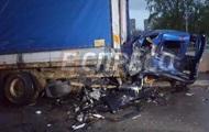 В Киеве Porsche врезался в припаркованное авто, есть жертвы