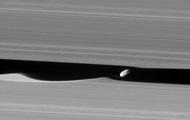 NASA запечатлело луну внутри кольца Сатурна