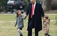 Трамп покатал внуков на вертолете