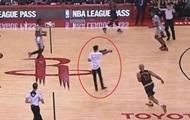 Болельщик выбежал на площадку во время матча НБА