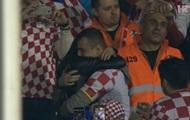 Хорватский фанат осчастливил украинку прямо на трибунах во время матча