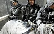 Суровые Исландцы играют даже в снежную бурю