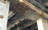 В Киеве кусок облицовки моста упал на голову девушке