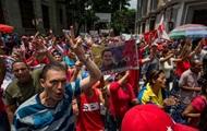 В Венесуэле камнями забросали авто президента