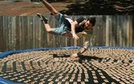 Блогер прыгнул на батут с тысячей мышеловок