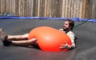 Блогер испытал тяжесть гиганского шара с водой