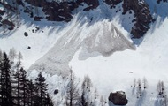 Спасатель и альпинисты сорвались в ущелье с вертолета в Альпах