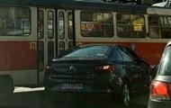 В центре Киева авто врезалось в трамвай