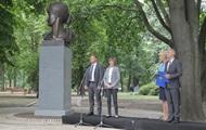 В центре Киева открыли памятник Анне Ахматовой