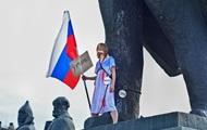 В РФ учительница приковала себя цепью к памятнику Ленину
