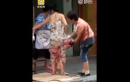 Китаянка родила по дороге и пошла с младенцем и покупками