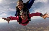 Старушка отпраздновала 94-летие прыжком с парашютом
