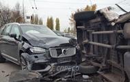 В Киеве столкнулись внедорожник и маршрутка, есть пострадавшие