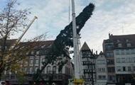 В Страсбурге треснула вторая рождественская елка