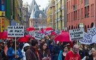 Проститутки Амстердама не хотят закрывать окна борделей
