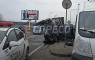 В Киеве на мосту перевернулся грузовик, есть жертвы