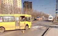 В Киеве столкнулись маршрутка и трамвай, есть пострадавшие