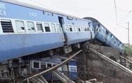 В Индии поезд столкнулся с самосвалом: пострадали 50 человек